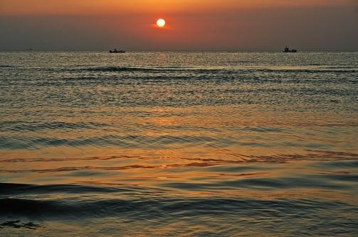 Pescatori-sulla-spiaggia-di-Rimini-allalba-a28385366