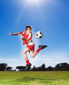 bambino che gioca a calcio